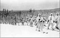 Ci-dessus et ci-dessous, des soldats finlandais à skis