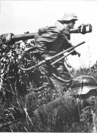 Soldats allemands. Le Landser au second plan est doté d'un Flammenwerfer 41