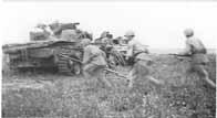 Fantassins soviétiques passant derrières des chars allemands détruits (le soldat de gauche transporte un fusil antichar PTRD-41)