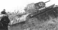 Fantassins soviétiques progressant derrière un blindé