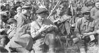 Soldats et partisans russes attendant d'aller au combat