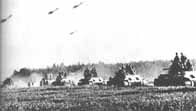 Colonne de char T-34 avec avions IL-2 Sturmovik à l'arrière-plan