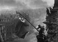 Les Soviétiques dressent le drapeau de l'URSS sur le Reichstag