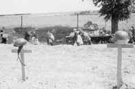 Tombes d'un soldat français (gauche) et allemand (droite)