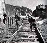 Des soldats français s'installant sur une importante voie ferrée. On peut voir un MAS 36 et un soldat avec le FM 24/29