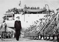 Un officier passe en revue ses troupes (alliées) qui vont aller se battre à Narvik