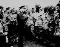 Le 5 juin 1944, le général Eisenhower vient soutenir les parachutistes de la 101ème Airborne