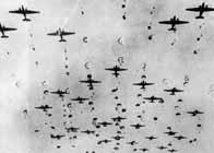 Des avions alliés larguent leurs parachutistes