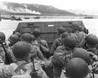 Des soldats américains arrivent sur la plage d'Omaha Beach