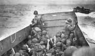 Les soldats alliés approchent des côtes normandes