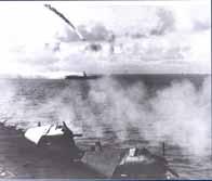 Un avion kamikaze en flammes menace de s'écraser sur un navire américain