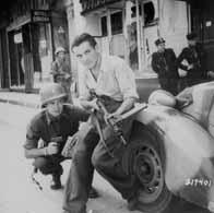 Résistant français auprès d'un soldat allié