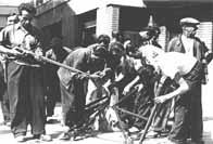 Résistants en train de préparer leur armement