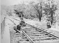 Des résistants sabotent une voie ferrée