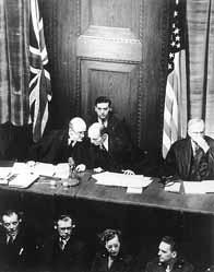 Les juges britanniques et américains Lawrence et Biddle discute lors de l'ouverture du procès le 20 novembre 1945